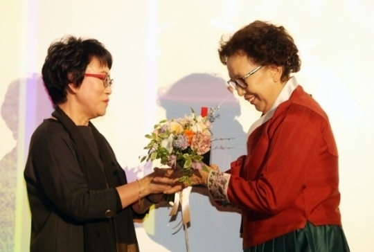 올해의 여성영화인상에서 올해의 여성영화인상을 수상한 아이 캔 스피크의 나문희가 수상 트로피를 받고 있다.
