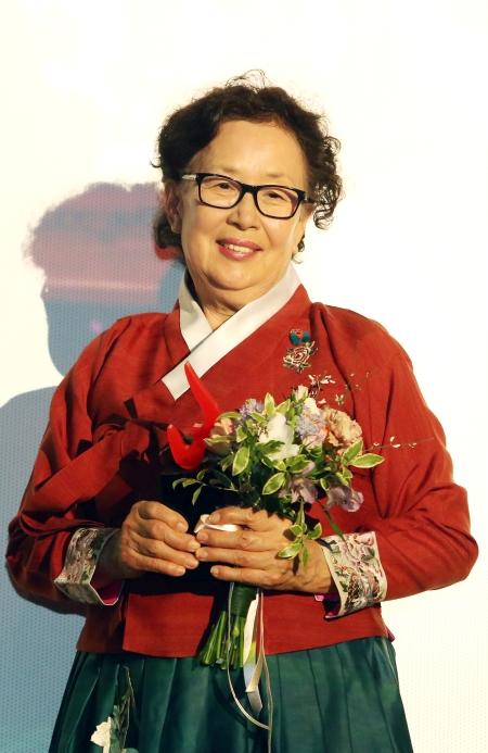 올해의 여성영화인상에서 올해의 여성영화인상을 수상한 나문희가 수상 트로피를 들어 보이고 있다.