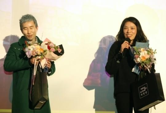 올해의 여성영화인상에서 홍보마케팅상을 수상한 무브먼트 공동대표가 수상소감을 말하고 있다.