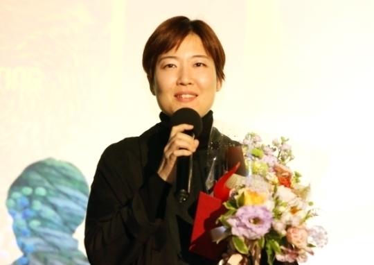 올해의 여성영화인상에서 다큐멘터리상을 수상한 박소현 감독이 수상소감을 말하고 있다.
