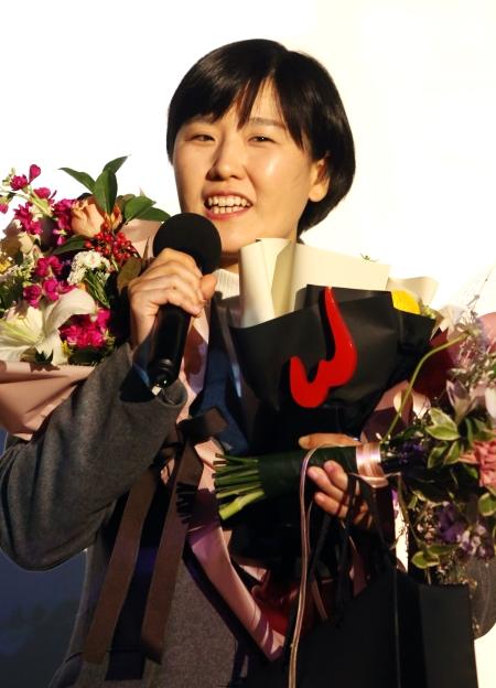 올해의 여성영화인상에서 각본상을 수상한 시인의 사랑의 김양희 감독이 수상소감을 말하고 있다.