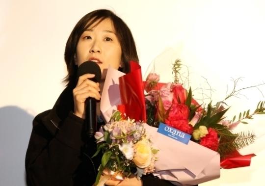 올해의 여성영화인상에서 감독상을 수상한 연애담의 이현주 감독이 수상소감을 말하고 있다.