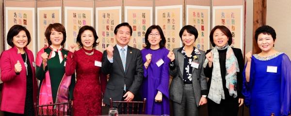 홍종학 중소벤처기업부 장관이 12일 서울 강남구 임페리얼 팰리스 호텔에서 열린 여성벤처기업인들과 간담회에 참석해 기업인들과 환담하고 있다.
