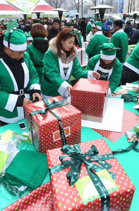 2017 산타원정대 자원봉사자들이 선물포장을 하고 있다.