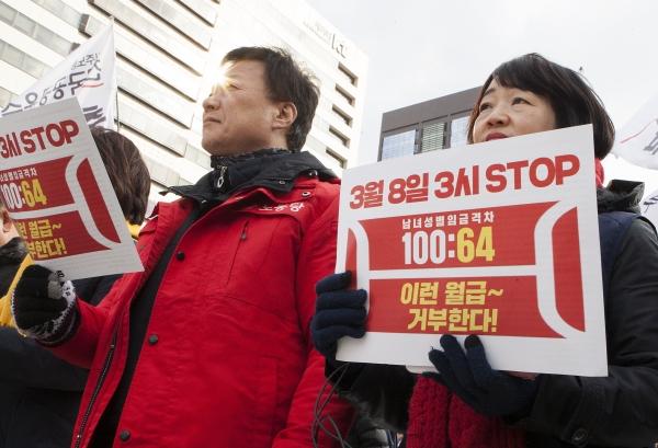 여성노동계가 3월 8일 세계여성의날을 맞이해 성별임금격차 문제를 알리기 위해 마련한 '3시 스톱' 행사. 여성의 임금은 남성의 64%로, 1일 근로시간인 8시간을 기준으로 환산하면 오후 3시부터 무급으로 일한다는 의미다. ⓒ이정실 여성신문 사진기자