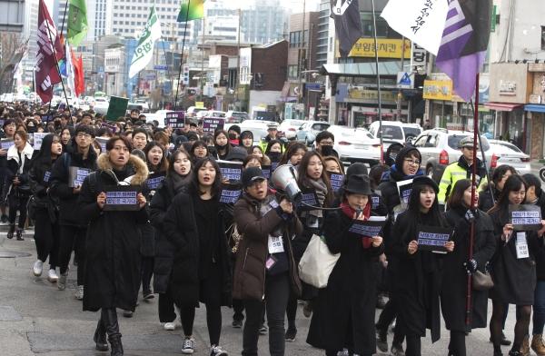 낙태죄 폐지를 위해 결성된 연대체 모두를 위한 낙태죄 폐지 공동행동이 지난 2일 서울 광화문 세종로 공원 앞에서 낙태죄 폐지를 위한 2017 검은 시위 '그러니까 낙태죄 폐지'를 열고 청와대 방향으로 행진하고 있다. ⓒ이정실 여성신문 사진기자