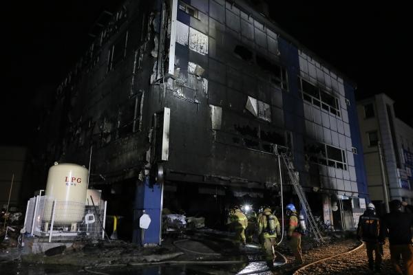지난 21일 오후 3시33분께 충북 제천시 하소동의 복합건축물인 노블휘트니스앤스파에서 화재로 29명이 사망하고 29명이 부상을 입었다. 진화된 건물이 처참했던 현장 상황을 보여주고 있다. ⓒ뉴시스·여성신문