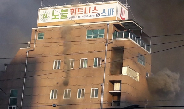 지난 21일 오후 4시께 충북 제천시 하소동  노블휘트니스앤스파에서 불이 나 건물 전체가 연기에 휩싸여 있다. 꼭대기층에서 발코니로 피신한 3명이 구조를 기다리고 있다. ⓒ뉴시스·여성신문