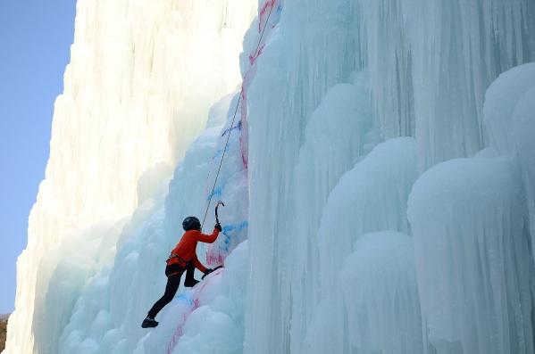 경북 빙벽장에서 클라이머가 훈련을 하고 있다. ⓒ한국관광공사