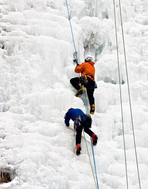 강원도 춘천 구곡폭포에서 빙벽 등반을 즐기고 있다. ⓒ춘천시 제공