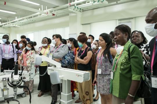 대한간호협회가 마련한 개발도상국 연수 지원 사업에 참가한 30개국 간호사와 간호학생 64명이 20일 서울 강북구 국립재활원을 견학하고 있다. ⓒ대한간호협회