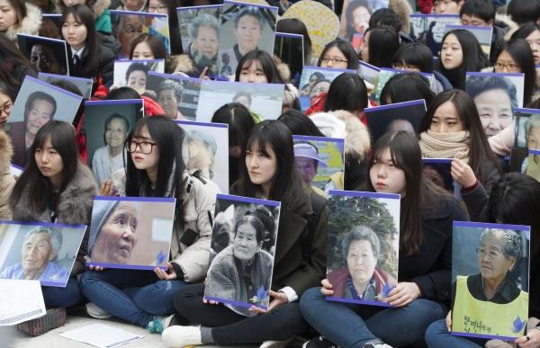 정기수요집회에 참가한 시민들이 일본군 위안부 피해자들을 추모하고 있다. ⓒ이정실 여성신문 사진기자