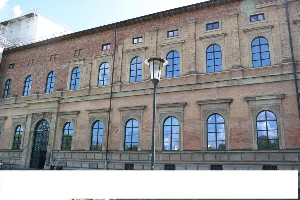 1층은 노란색 사암으로, 2층 부분은 벽돌로 치장한 알테 피나코테크 건물. 독일 건축 특유의 건실하고 우아한 모습이다. ⓒ박선이