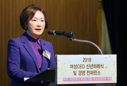 한무경 여경협 회장이 12일 2018 여성CEO 신년하례식에서 인사말을 하고 있다.