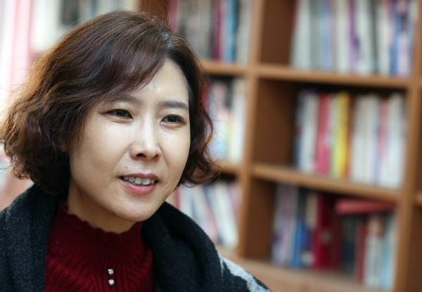 지난 2일 서울시립대에서 여성신문과 인터뷰를 하고 있는 이현재 교수. ⓒ이정실 여성신문 사진기자