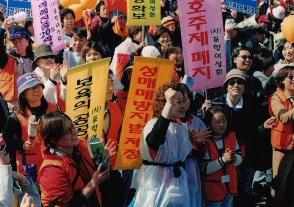 2002년 3월 8일 세계여성의 날 열린 3.8 여성대회에서 여성들이 호주제 폐지와 성매매방지법제정을 외치며 행진하고 있다. ⓒ한국여성단체연합