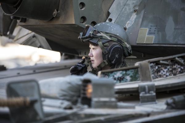 최초 여군 전차 조종수 임현진 하사가 K1A2 전차에 탑승해 승무원들과 무전을 하고 있다. ⓒ육군