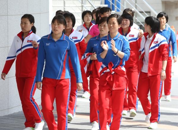 2018 평창동계올림픽 여자 아이스하키 북측 선수단이 예상보다 빠른 25일 한국에 도착할 예정이다. 사진은 강원 강릉에서 열린 2017 국제아이스하키연맹(IIHF) 아이스하키 여자 세계선수권대회에 참가한 북한 여자 아이스하키 대표팀의 모습 ⓒ뉴시스·여성신문