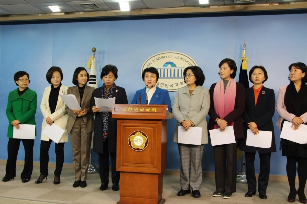 더불어민주당 여성의원들이 현직 여성 검사의 검찰 내 성추행 사건 고발건과 관련해 30일 기자회견을 열었다. ⓒ정춘숙 의원실