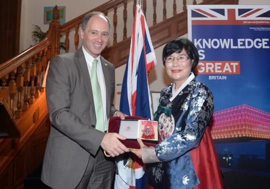 정희선 충남대 분석과학기술대학원 원장이 9일 오후 서울 정동 영국대사관저에서 스콧 와이트먼 주한영국대사로부터 대영제국 지휘관 훈장(CBE)를 받았다.
