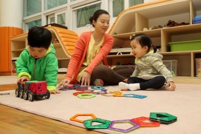 어린이집에서 선생님과 함께 놀이를 하고 있는 아이들의 모습. ⓒ여성신문