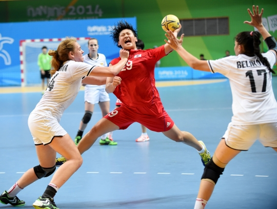 8월 25일(현지시간) 중국 난징시 지앙닝스포츠센터에서 열린 제2회 난징하계청소년올림픽대회 여자핸드볼 결승 한국 대 러시아 경기에서 선수들이 몸싸움을 벌이고 있다. ⓒ뉴시스·여성신문