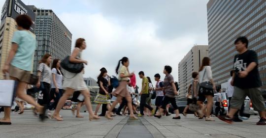 서울 종로구 세종대로 광화문 네거리에서 시민들이 출근길을 서두르고 있다. ⓒ뉴시스·여성신문