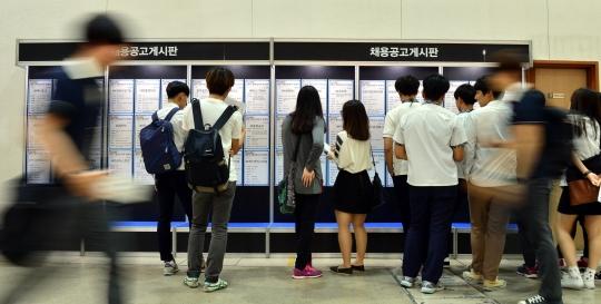 지난 5월 서울 강남구 코엑스에서 열린 2014 청년 일자리 박람회에서 학생들이 채용공고게시판을 살펴보고 있다. ⓒ뉴시스·여성신문