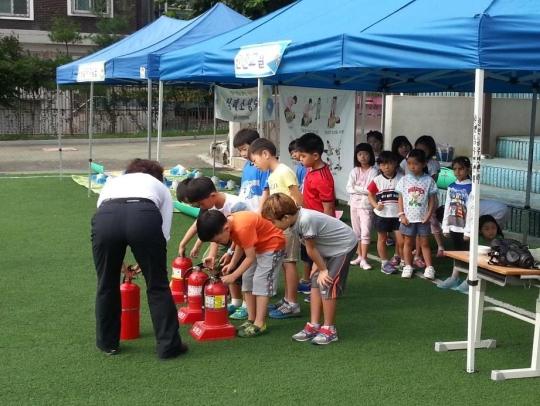 서울 서대문구에서 운영하는 '찾아가는 체험교실'에 참여한 초등학생들이 소화기 사용법을 배우고 있다. ⓒ서대문구
