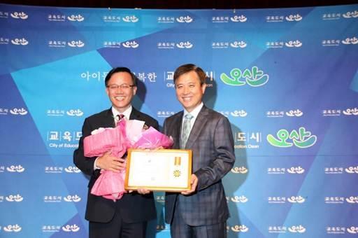 교촌에프앤비㈜ 이근갑 국내사업부문대표(사진 왼쪽)이 상을 수상하고 있다.