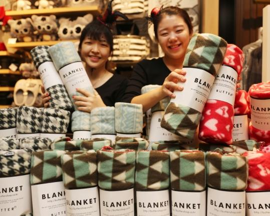 1일 서울 마포구 홍대 버터에서 모델들이 다양한 디자인의 무릎담요를 선보이고 있다. 버터는 이랜드가 새롭게 선보인 리빙 라이프스타일샵이다.