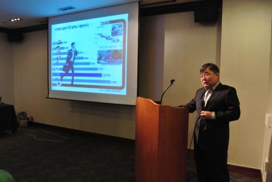 김홍진 전 KT 사장이 14일 한국여성공학기술인협회가 주최한 `여성전문기술인의 일과 가정 양립에 대한 문제점과 해결방안` 포럼에서 여성전문 기술인의 일·가정 양립에 대한 해결 방안을 주제로 발표하고 있다. ⓒ한국여성공학기술인협회