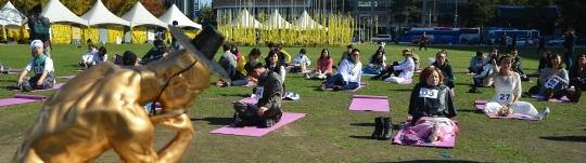 27일 오후 서울 중구 서울광장에서 열린 제1회 멍때리기 대회에서 참가자들이 멍때리기에 열중하고 있다.