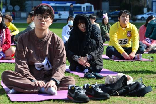 제1회 멍때리기 대회에 참가한 참가자들이 멍때리기에 열중하고 있다.