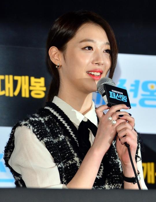 영화 패션왕 기자간담회에 참석한 설리가 인사말을 하고 있다.