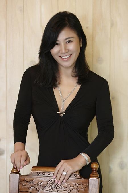 황재복 웨딩드레스 디자이너는 31일 여성신문과 만나 결혼도 옷을 만들듯 좋은 원단을 고르고 정성과 열정을 쏟아야 한다고 말했다. ⓒ황재복 디자이너 제공