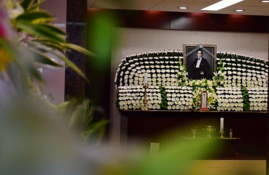 서울 송파구 풍납동 서울아산병원 장례식장에 故 신해철의 빈소가 마련되고 있다. ⓒ사진공동취재단