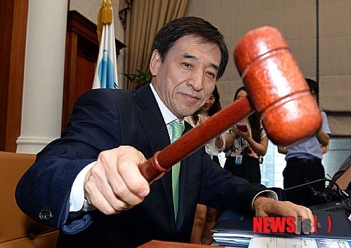 지난 8월 서울 한국은행본관에서 열린 금융통화위원회에 참석한 이주열 한국은행 총재 ⓒ뉴시스·여성신문