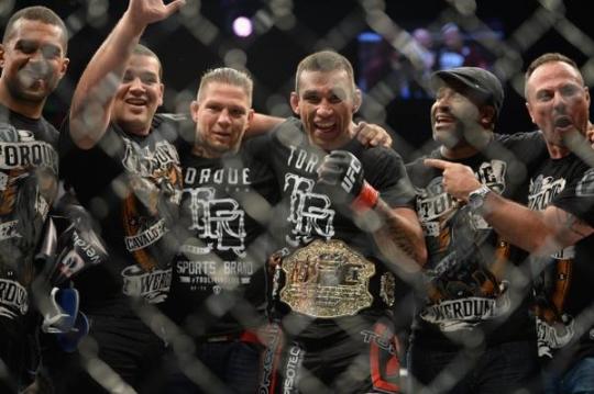 16일 멕시코 멕시코시티 아레나에서 열린 UFC 180 헤비급 잠정 타이틀 매치에서 마크 헌트와 맞붙어 우승한 파브리시오 베우둠. ⓒUFC 트위터