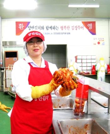 동원F&B는 다음달 13일까지 소비자가 직접 김장을 해 볼 수 있는 체험 행사인 '동원양반아삭 김장투어'를 진행한다. ⓒ동원F&B 제공