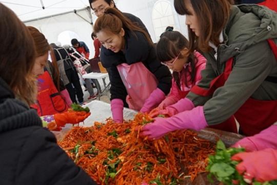 서울시가 지정한 공유기업 코코팜스는 이달 말까지 김장체험을 진행한다. 사진은 체험 참가자들이 무채, 갓, 파 등을 넣고 김치를 버무리는 모습. ⓒ코코팜스