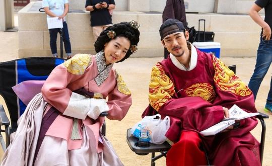 배우 박신혜와 유연석이 함께 한 영화 상의원 촬영장 사진이 공개됐다.