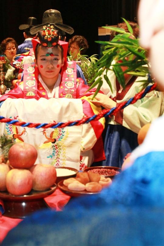 '2013년 어울림 한마당 축제' 에서 다문화가정 부부들이 전통 혼례식을 치루고 있다. 이번 행사는 다른 문화적 배경을 가진 구민과 다문화가족이 함께 어울려 서로 이해와 소통을 도모하고 한국에서 따로 결혼식을 올리지 못한 다문화가족들을 위해 마련됐다. ⓒ여성신문DB