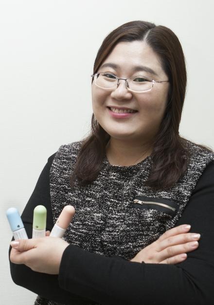 이진화 제이알 대표(39·사진)가 개발한 접착제를 들고있다. ⓒ이정실 여성신문 사진기자
