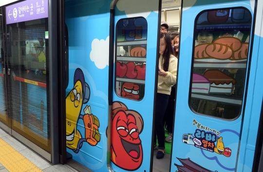 열차 1편성의 내-외부를 라바 캐릭터로 포장한 2호선 라바 지하철