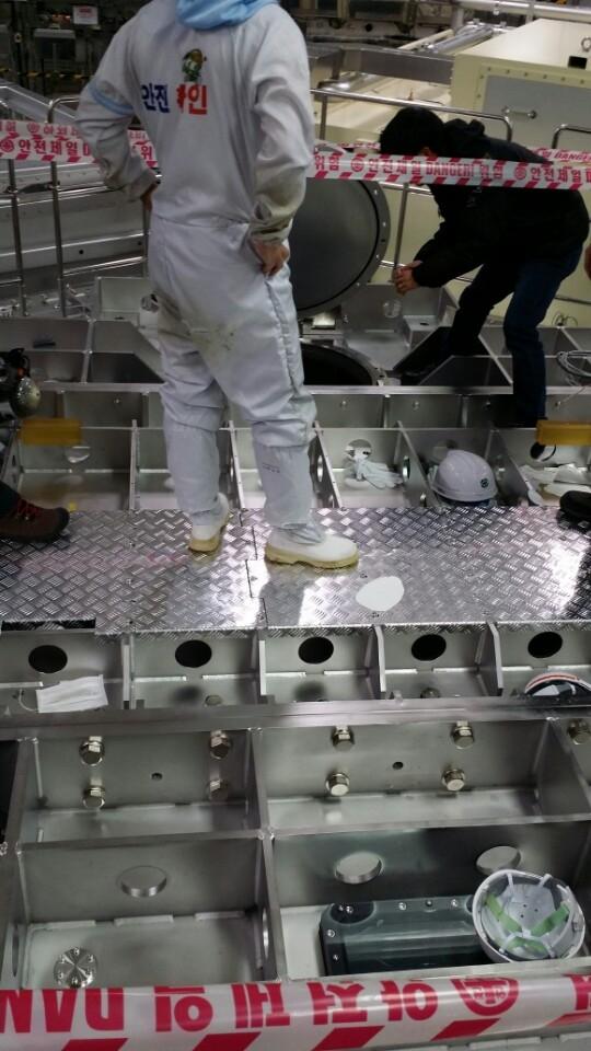 12일 오후 경기 파주시 LG디스플레이 공장에서 질소 가스를 완전히 빼내지 않은 상태에서 작업을 하던 2명이 숨지고 4명이 다치는 사고가 발생했다. 사진은 사고 작업장 모습. ⓒ경기북부소방재난본부