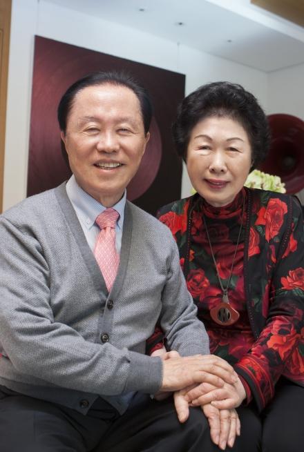 남편은 100베드의 병원을 300베드로 키우는데 4, 5년을 기다렸다. 아내가 허락하지 않았기 때문이다. 두 손을 맞잡은 노부부의 모습이 따뜻하다. ⓒ이정실 여성신문 사진기자