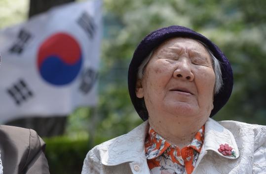 5월 13일 서울 종로구 일본대사관 앞에서 열린 제1178차 일본군 위안부 문제 해결을 위한 수요집회가 진행되는 가운데 길원옥 할머니 뒤로 태극기가 바람에 날리고 있다. ⓒ뉴시스·여성신문