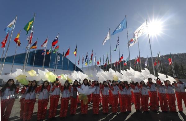 지난 1일 강원 평창선수촌에서 열린 2018 동계올림픽 및 패럴림픽 평창 선수촌 개촌식에서 자원봉사들이 평화올림픽 기념 비둘기풍선을 들고 있다. ⓒ뉴시스