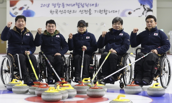 지난 달 25일 오후 경기 대한장애인체육회 이천훈련원에서 2018 평창 동계패럴림픽대회 한국 컬링대표팀이 연습을 마친 뒤 파이팅을 외치고 있다. ⓒ뉴시스